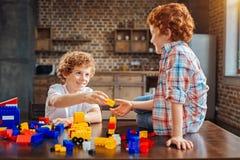Φιλικά παιδιά που παίζουν με το σύνολο κατασκευής Στοκ φωτογραφία με δικαίωμα ελεύθερης χρήσης