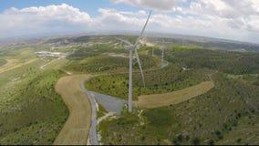 Φιλικά προς το περιβάλλον αιολικά πάρκα που παράγουν την καθαρή ενέργεια χωρίς καταστροφή του περιβάλλοντος απόθεμα βίντεο