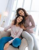 Φιλικές αδελφές που απολαμβάνουν τον ελεύθερο χρόνο τους που ξοδεύεται από κοινού Στοκ φωτογραφία με δικαίωμα ελεύθερης χρήσης