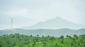 Φιλικές προς το περιβάλλον πηγές ενεργειακής παραγωγής Ανεμοστρόβιλος ενάντια στη σκιαγραφία βουνών φιλμ μικρού μήκους