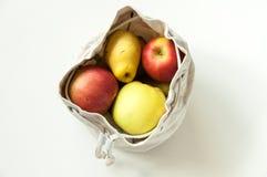 Φιλικές προς το περιβάλλον τσάντες βαμβακιού για την αποθήκευση των φρούτων και λαχανικών Σώζουμε τη φύση Κατάλληλη αποθήκευση τω στοκ φωτογραφία
