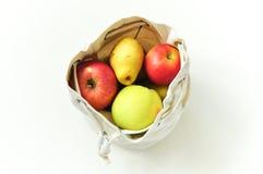 Φιλικές προς το περιβάλλον τσάντες βαμβακιού για την αποθήκευση των φρούτων και λαχανικών Σώζουμε τη φύση Κατάλληλη αποθήκευση τω στοκ εικόνες με δικαίωμα ελεύθερης χρήσης