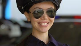 Φιλική ασιατική κυρία περιπόλου στην ΚΑΠ και γυαλιά ηλίου που χαμογελούν στη κάμερα, προστασία απόθεμα βίντεο