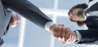 Φιλική χειραψία επιχειρηματιών χαμόγελου Φωτογραφία επιχειρησιακής έννοιας Στοκ εικόνα με δικαίωμα ελεύθερης χρήσης