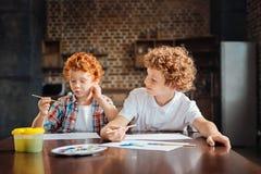 Φιλικοί διαφορετικοί ηλικίας αδελφοί που παίζουν με τα watercolors Στοκ Φωτογραφία