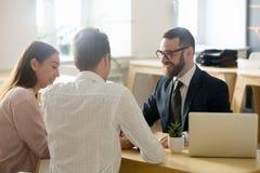Φιλικός δικηγόρος ή οικονομικός σύμβουλος στο κοστούμι που συμβουλεύεται νέο ομο στοκ φωτογραφία με δικαίωμα ελεύθερης χρήσης