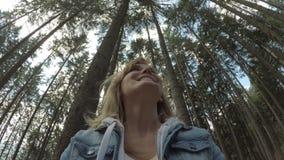 Φιλικό κορίτσι Eco που χαμογελά και που θαυμάζει την ομορφιά της φύσης με την άποψη 360 του δασικού τοπίου στο υπόβαθρο φιλμ μικρού μήκους