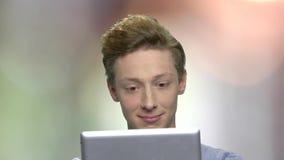 Φιλικό να φανεί έφηβος που έχει την τηλεοπτική συνομιλία απόθεμα βίντεο