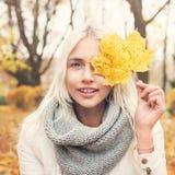 Φιλικό ξανθό γυναικών φύλλο πτώσης εκμετάλλευσης μόδας πρότυπο Στοκ φωτογραφία με δικαίωμα ελεύθερης χρήσης