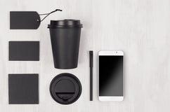 Φιλικό πρότυπο καφέ Eco για το σχέδιο, τη διαφήμιση και το μαρκάρισμα - μαύρο φλυτζάνι εγγράφου, κενό τηλέφωνο οθόνης, ετικέτα, κ στοκ φωτογραφίες