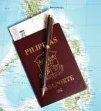 Φιλιππινέζικο διαβατήριο στην ανασκόπηση χαρτών των Φιλιππινών Στοκ Φωτογραφία