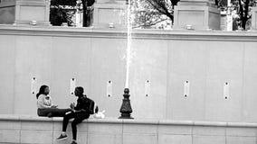 ΦΙΛΟΙ ΠΟΥ ΕΠΙΚΟΙΝΩΝΟΥΝ ΤΟ ΣΤΟ ΚΕΝΤΡΟ ΤΗΣ ΠΌΛΗΣ ΣΙΚΑΓΟ στοκ εικόνες με δικαίωμα ελεύθερης χρήσης