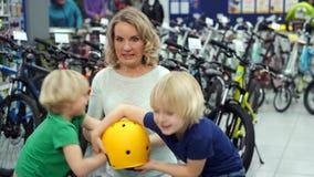 Φιλονικία διδύμων στο κατάστημα λόγω του νέου κράνους ποδηλάτων απόθεμα βίντεο