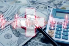 Φιλοξενία με πολύ χρήματα και στηθοσκόπιο και το νοσοκομείο καρδιολογίας στοκ φωτογραφία με δικαίωμα ελεύθερης χρήσης
