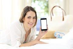 Φιλοξενούμενος ξενοδοχείων που παρουσιάζει κενή έξυπνη τηλεφωνική οθόνη στοκ εικόνα με δικαίωμα ελεύθερης χρήσης
