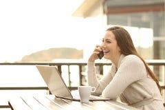 Φιλοξενούμενος ξενοδοχείων στις διακοπές που έχουν μια τηλεφωνική συνομιλία στοκ φωτογραφία με δικαίωμα ελεύθερης χρήσης