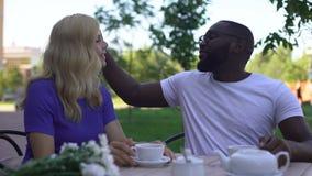 Φιλοφρόνηση αφήγησης ατόμων στην όμορφη φίλη στον καφέ, τρυφερά συναισθήματα, ημερομηνία απόθεμα βίντεο