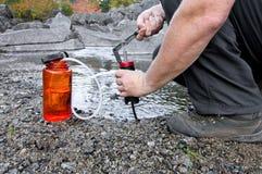 φιλτράροντας ύδωρ Στοκ φωτογραφίες με δικαίωμα ελεύθερης χρήσης