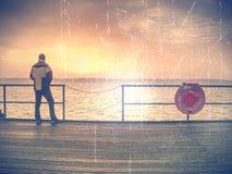 φιλτραρισμένος Ο τρύγος τόνισε τη βρώμικη εικόνα φακών μιας αποβάθρας στο ηλιοβασίλεμα στοκ εικόνα με δικαίωμα ελεύθερης χρήσης