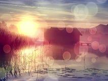 φιλτραρισμένος Παλαιό ξύλινο σπίτι σκαφών στη φυσική λίμνη Σιωπηλός κόλπος στοκ εικόνες με δικαίωμα ελεύθερης χρήσης