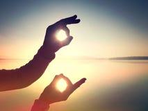 φιλτραρισμένος Παραδώστε τη μορφή συμβόλου ενάντια στον ουρανό στοκ εικόνες