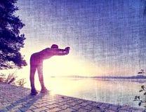φιλτραρισμένος Σώμα τεντώματος αθλητών μετά από το workout στην παραλία στοκ φωτογραφία με δικαίωμα ελεύθερης χρήσης