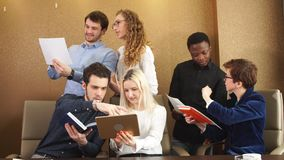 Φιλόδοξοι νέοι που λειτουργούν μαζί και 'brainstorming' απόθεμα βίντεο