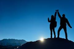φιλόδοξος θηλυκός ορειβάτης και επίτευγμα από κοινού στοκ εικόνες με δικαίωμα ελεύθερης χρήσης