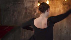 Φιλόδοξος θηλυκός χορευτής στην πρακτική φιλμ μικρού μήκους