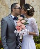 φιλώντας γαμήλιες νεολ&alp Στοκ Εικόνες