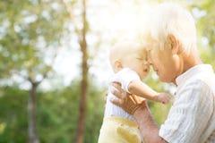 Φιλώντας εγγονός παππούδων Στοκ Εικόνες