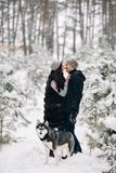 Φιλώντας ζεύγος που περπατά με το γεροδεμένο σκυλί στοκ εικόνες