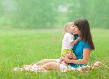 Φιλώντας μητέρα κορών με την αγάπη στοκ εικόνα με δικαίωμα ελεύθερης χρήσης