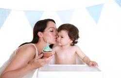 φιλώντας μητέρα μωρών Στοκ φωτογραφία με δικαίωμα ελεύθερης χρήσης