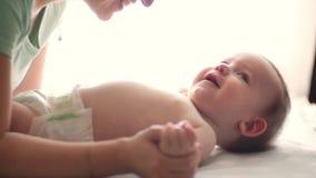 Φιλώντας νήπιο μητέρων απόθεμα βίντεο