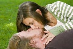 φιλώντας νεολαίες πάρκων ζευγών Στοκ Φωτογραφίες
