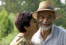 φιλώντας πρεσβύτερος ζε& στοκ φωτογραφία με δικαίωμα ελεύθερης χρήσης