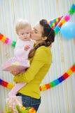 φιλώντας συμβαλλόμενο μέρος μητέρων εορτασμού γενεθλίων μωρών Στοκ Φωτογραφίες