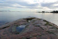 Φινλανδία, Hanko, ηλιοβασίλεμα, ουρανός που απεικονίζεται σε μια πέτρα Στοκ Εικόνες