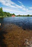 Φινλανδική διαφανής λίμνη με το πετρώδες κατώτατο σημείο. Στοκ Εικόνα