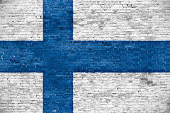 Φινλανδική σημαία πέρα από τον παλαιό τοίχο Στοκ εικόνα με δικαίωμα ελεύθερης χρήσης