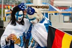 Φινλανδικοί ανεμιστήρες μπροστά από το χώρο του Μινσκ στοκ εικόνες