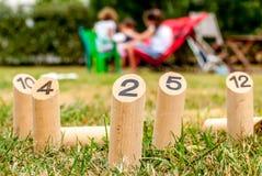 Φινλανδικό αρχικό υπαίθριο παιχνίδι διασκέδασης με τις ξύλινες καρφίτσες στοκ φωτογραφία