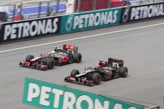 Το Lotus Kimi Raikkonen προσπερνά McLaren Στοκ φωτογραφίες με δικαίωμα ελεύθερης χρήσης