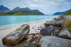 Φιορδ στο βροχερό καιρό Δύσκολη παραλία το βράδυ Η όμορφη φύση της Νορβηγίας Στοκ Φωτογραφίες