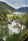 Φιορδ Νορβηγία Geiranger με τον ποταμό και cruisehip Στοκ Φωτογραφίες