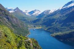 Φιορδ Geiranger, Νορβηγία - άποψη θάλασσας σχετικά με τα βουνά Στοκ εικόνες με δικαίωμα ελεύθερης χρήσης