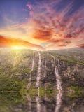 φιορδ geiranger Νορβηγία θαυμάσιος καταρράκτης στο ηλιοβασίλεμα στη Νορβηγία Στοκ Εικόνα