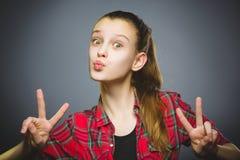 φιλάρεσκο κορίτσι Κινηματογραφήσεων σε πρώτο πλάνο πορτρέτου χαμόγελο εφήβων που απομονώνεται όμορφο στο γκρι στοκ φωτογραφία με δικαίωμα ελεύθερης χρήσης