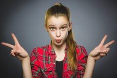 φιλάρεσκο κορίτσι Κινηματογραφήσεων σε πρώτο πλάνο πορτρέτου χαμόγελο εφήβων που απομονώνεται όμορφο στο γκρι στοκ εικόνες με δικαίωμα ελεύθερης χρήσης